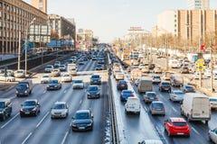Verkehr auf Leningradskoye-Landstraße im Frühjahr Lizenzfreie Stockfotos