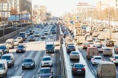Verkehr auf Leningradskoye-shosse im Frühjahr Stockfoto