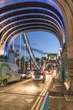 Verkehr auf London-Turm-Brücke - London England Großbritannien Stockfotos