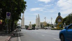 Verkehr auf Ratchadamnoen-Straße geht zum Demokratie-Monument in Bangkok, Thailand stock video