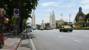 Verkehr auf Ratchadamnoen-Straße geht zum Demokratie-Monument in Bangkok, Thailand stock footage