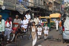 Verkehr auf Straße in altem Delhi Stockfoto