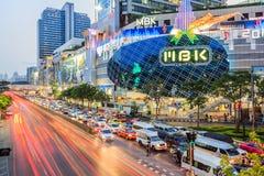 Verkehr auf Straße und dem meisten Einkaufszentrum MBKS Lizenzfreies Stockfoto