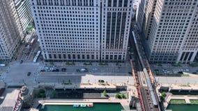 Verkehr auf Wacker-Antrieb, den Booten angekoppelt auf dem Chicago River und den Zugkreuzen die Wells-Straßen-EL-Bahn stock video footage