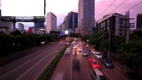 Verkehr in Bangkok, Thailand Bekanntmachen des Vorstands stock footage