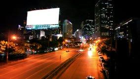 Verkehr in Bangkok, Thailand Bekanntmachen des Vorstands stock video footage