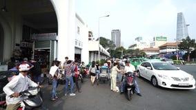 Verkehr in Ben Thanh Market-Front am 1. November 2014 in Saigon stock video
