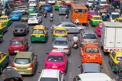 Verkehr bewegt sich langsam entlang eine verkehrsreiche Straße in Bangkok, Thailand Stockbild