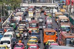 Verkehr bewegt sich langsam entlang eine verkehrsreiche Straße in Bangkok, Thailand Lizenzfreies Stockbild