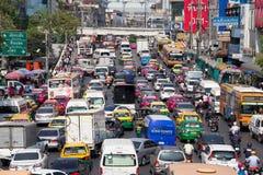 Verkehr bewegt sich langsam entlang eine verkehrsreiche Straße in Bangkok, Thailand Lizenzfreie Stockfotos