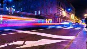 Verkehr in Budapest nachts stockbild