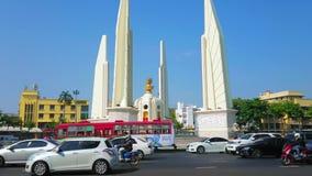 Verkehr am Demokratie-Monument, Bangkok, Thailand stock footage