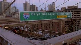 Verkehr, der über die Brooklyn-Brücke an der Dämmerung fährt stock footage