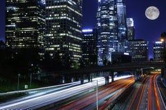 Verkehr, der Autobahn weitergeht Stockfotografie