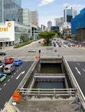 Verkehr an der Baustelle in im Stadtzentrum gelegenem Singapur Stockbilder