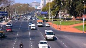 Verkehr in der Buenos- Airesstadtstraße stock video