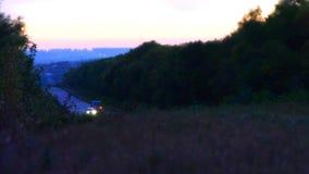 Verkehr in der Landstraße bis zum Nacht Geschossen auf Kennzeichen II Canons 5D mit Hauptl Linsen stock video