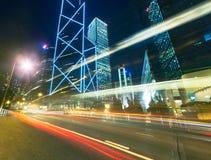 Verkehr an der Stadt in der Nacht, Hong Kong Lizenzfreies Stockfoto