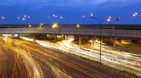 Verkehr in der Stadt nachts stockbild