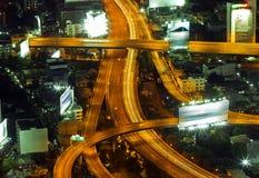 Verkehr in der Stadt nachts lizenzfreies stockfoto