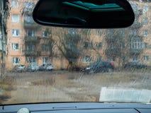 Verkehr in der Stadt am regnerischen Tag morgens mit Regen stockbilder