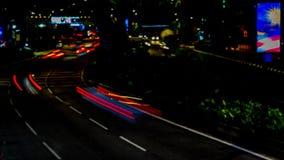 Verkehr in der Stadt Zeit-Versehen der Alleen-4K, Nacht Starker Verkehr, der mit unscharfer Bewegung fließt dämmerung stock video footage