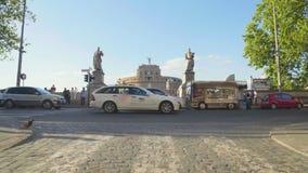 Verkehr der verkehrsreichen Straße nahe Castel Sant Angelo in Rom, Leben in der Stadt, Transport stock video