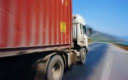 Verkehr des Transportfahrzeugs auf Landstraße 1A stockfotografie