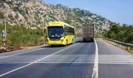 Verkehr des Transportfahrzeugs auf Landstraße 1A Stockbilder