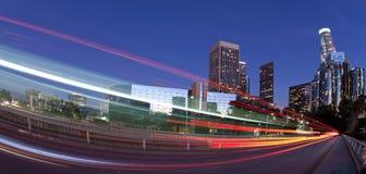 Verkehr durch die Stadt stockfotografie