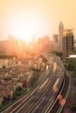 Verkehr durch in die Stadt lizenzfreie stockfotografie