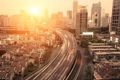 Verkehr durch in die Stadt stockbilder