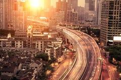 Verkehr durch in die Stadt Stockfotos