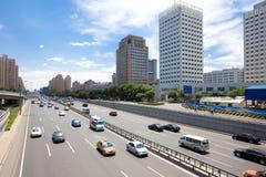 Verkehr durch in die Stadt stockfoto
