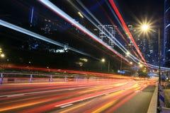 Verkehr durch im Stadtzentrum gelegenes Hong Kong lizenzfreie stockbilder