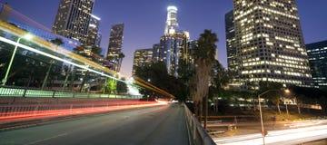 Verkehr durch Los- Angelesfinanzbezirk stockfoto