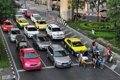 Verkehr an einer Kreuzung Stockbilder