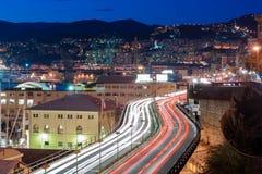 Verkehr in einer Straße von Genua Stockfotografie