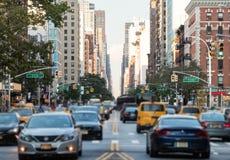 Verkehr entlang 3. Allee in New York City Lizenzfreie Stockfotografie