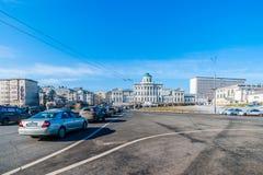 Verkehr entlang Borovitskaya-Quadrat im Jahre 2015 Stockfotos