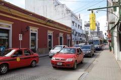 Verkehr entlang der Straße in Salta-Stadtzentrum, Argentinien stockbild