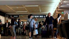 Verkehr am Flughafenabfertigungsgebäude - Zusammentreffen stock footage
