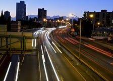 Verkehr H1 an der Dämmerung lizenzfreies stockbild