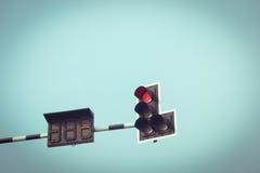 Verkehr hellrot mit Weinlesehimmel Stockfoto