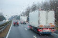 Verkehr im Regen stockfoto