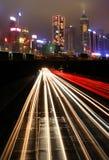 Verkehr nachts in der städtischen Stadt Stockbilder