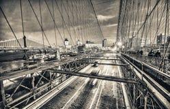 Verkehr nachts entlang Brooklyn-Brücke, New York City lizenzfreie stockbilder