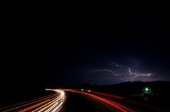 Verkehr nachts mit Blitz Lizenzfreies Stockbild