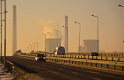 Verkehr nahe bei Erdölraffinerie lizenzfreie stockbilder
