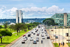Verkehr nahe bei Nationalkongress-Gebäude in Brasilien, Brasilien Lizenzfreie Stockbilder